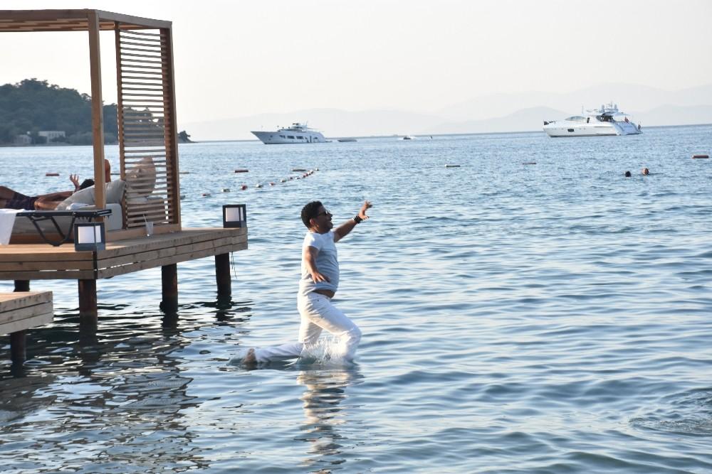Sahneden inip kendini bir anda denize bıraktı