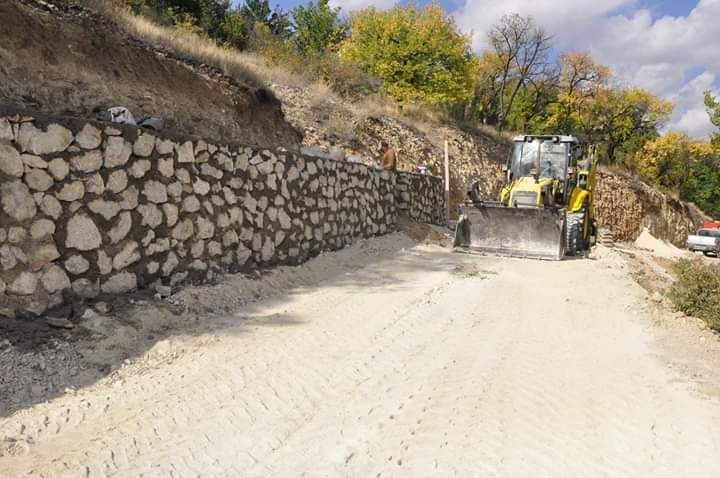 Gürün'de taş duvar örme çalışmaları devam ediyor