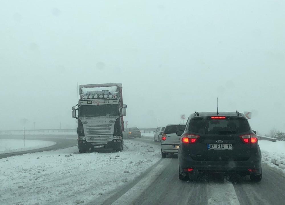 Çamlıbel Geçidi'nde yoğun kar yağışı ulaşımı olumsuz etkiledi