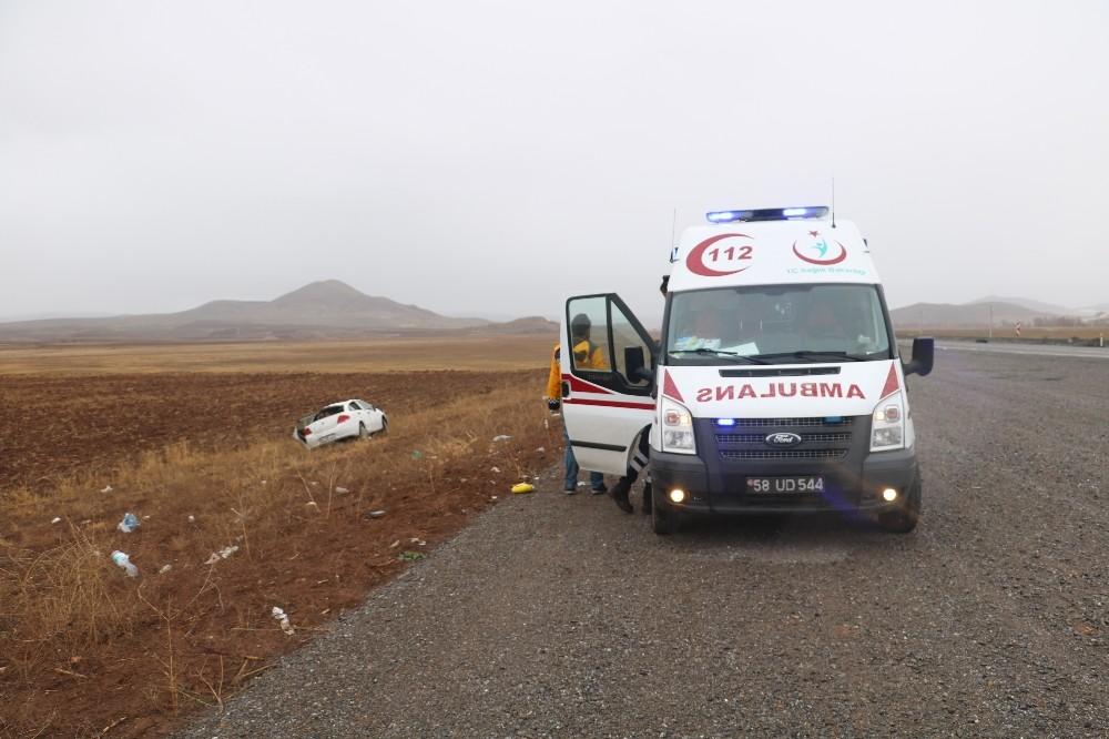 Sivas'ta Tarlaya devrilen otomobilde 2 kişi yaralandı