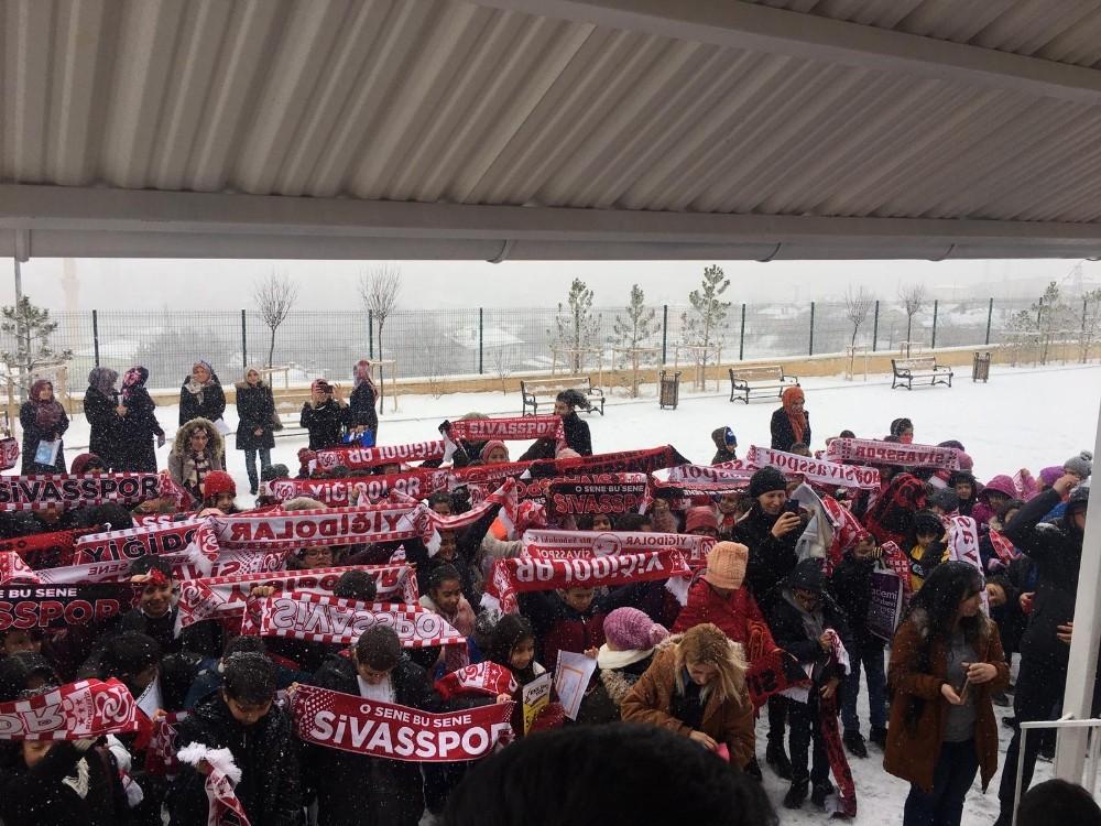 Muhtarın Karne hediyesi Sivasspor Atkısı