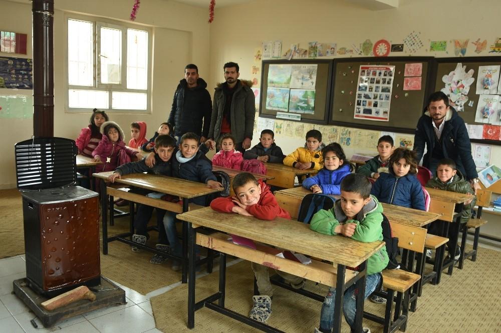 Bir öğretmen memleketine binlerce kitap bağışladı