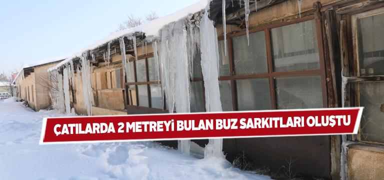 Çatılardan sarkan buz sarkıtları eşsiz görüntüler oluşturdu