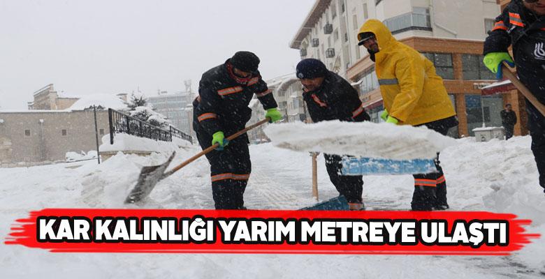 Sivaslılar yolda biriken karda yürümekte zorlanıyor