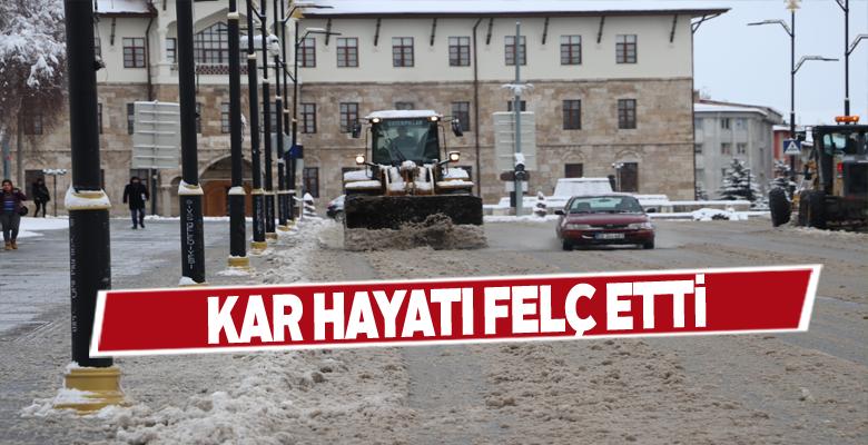 Sivas'ta yağan kar hayatı durma noktasına getirdi