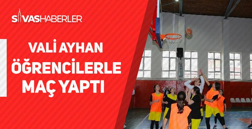 Vali Ayhan öğrencilerle maç yaptı